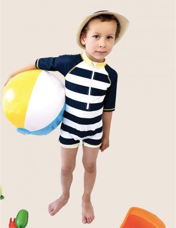 Combinaison maillot de bain anti UV UPF50+ porté par un garçon avec un motif marinière