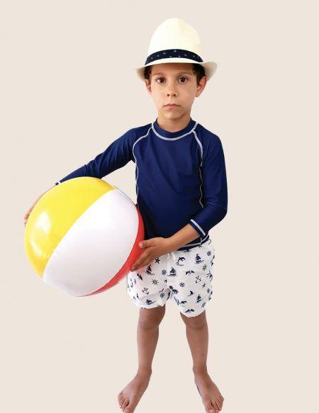 Ensemble plage anti UV UPF50+ Garçon bleu marine Bretagne, doux soleil, maillot de bain, short et teeshirt porté par un garçon