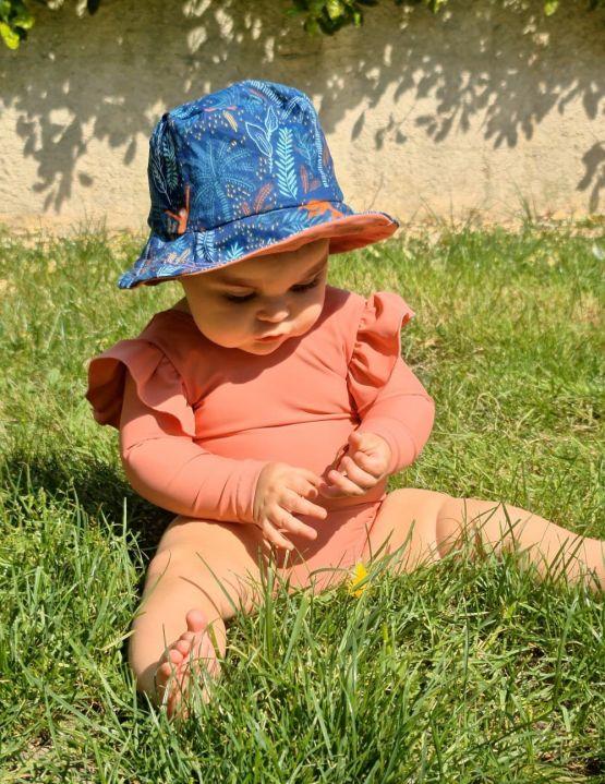Bébé avec maillot de bain manche longue couleur saumon anti uv UPF50+ éco responsable et fabriqué en France