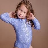 Libre comme l'air, jolie comme une fleur et protégée comme un trésor. Notre petit mannequin porte un maillot de bain une pièce avec protection UV UPF50+, une fermeture éclair sur le devant, un tissu écoresponsable econyl® (nylon recyclé), résistant et durable, le tout avec une fabrication 100% locale 🇲🇫  #maillotantiuv #kidsswimwear #uvprotection #rashguard #pourlesenfants #forkids #protectionsolaire #madeinfrance #sustainablefashion #modedurable #fabricationfrancaise #maillotdebain