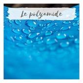 Le polyamide ou Nylon, comme on l'appelle grâce à la marque, est une fibre synthétique  connue pour avoir été le premier tissu fabriqué artificiellement dans les années 1930.   Ses principales caractéristiques sont la légèreté, la résistance, le toucher doux et frais, et en plus un séchage rapide. Il est encore largement utilisé dans la fabrication de vêtements de sport et de maillots de bain pour ses caractéristiques polyvalentes : solidité, élasticité , légèreté et imperméabilité.   Ainsi comme l'élasthanne et le polyester, le polyamide a les mêmes impacts négatifs que l'ensemble des fibres synthétiques issus de la pétrochimie. Ces fibres représentent un danger pour la planète et pour les hommes. C'est pourquoi Doux Soleil s'engage à confectionner ses vêtements en limitant son utilisation et en employant  des fibres recyclées dans son processus de fabrication.